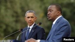 奥巴马总统和肯尼亚总统肯雅塔在记者会上(2015年7月25日)