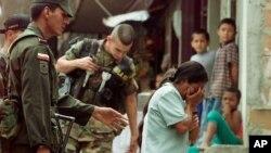 Una mujer llora después de que su hijo fue arrestado por las fuerzas de seguridad durante la Operación Orión en la Comuna 13, el 17 de octubre del 2002