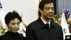 Mantan pejabat Partai Komunis Tiongkok kota Chongqing, Bo Xilai (kanan) dan istrinya, Gu Kailai (Foto: dok). Gu Kailai didakwa dalam kasus pembunuhan seorang pengusaha Iggris, Neil Heywood.