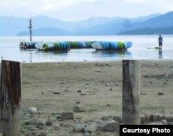 Mực nước Lake Tahoe xuống thấp để trơ ra những cột mốc (ảnh Bùi Văn Phú)