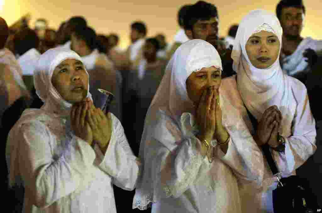 25일 메카 인근에서 기도하는 순례자들.