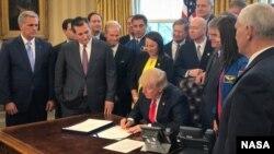 Дональд Трамп подписывает Акт о финансировании НАСА