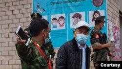 ကခ်င္ျပည္နယ္ မိုင္ဂ်ာယန္ နယ္ေျမရွိ COVID-19 ကာကြယ္ေရးလုပ္ငန္းေတြကို စစ္ေဆးေနတဲ့ ျမင္ကြင္း။ (ဓာတ္ပံု - The Kachin Net၊ Kachin News Group - ဧၿပီလ ၂၅၊ ၂၀၂၀)