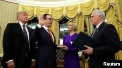 在白宫总统办公室 ,美国财政部长斯蒂夫·姆努钦在彭斯副总统主持下宣誓就职,她的未婚妻在场(2017年2月13日)。姆努钦在过去两个月一直在监管政府的税收改革法案