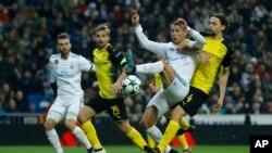 Cristiano Ronaldo (segundo desde la derecha) fue coronado por quinta vez como el mejor futbolista del mundo al ganar el Balón de Oro.