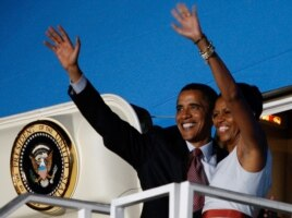 U.S. President Barack Obama and first lady wave from Air Force One in Accra, Ghana, July 11, 2009.(Reuters)