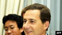 Bộ trưởng Công nghiệp Eric Besson nói rằng vụ này cho thấy Pháp đang là mục tiêu của 'cuộc chiến tranh kinh tế'