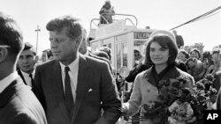 1963年11月22日的照片顯示肯尼迪總統和夫人抵達達拉斯機場。不久後,肯尼迪總統 被暗殺。