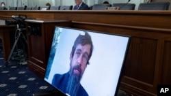 El director ejecutivo de Twitter, Jack Dorsey, aparece en una pantalla mientras habla remotamente durante una audiencia en el Comité de Comercio del Senado, el 28 de octubre de 2020.