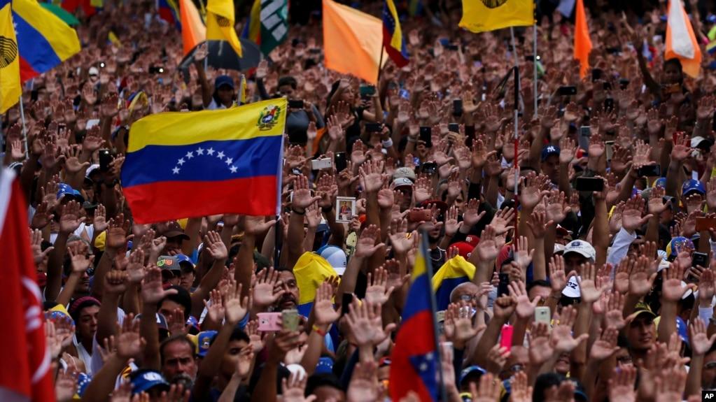 Manifestantes responden a llamado de Guaidó contra Maduro y se concentran en el este de Caracas