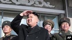 在這張本月較早前由北韓中央通訊社公佈﹑但沒註明日期的照片裡﹐北韓領導人金正恩視察一次北韓空軍演習