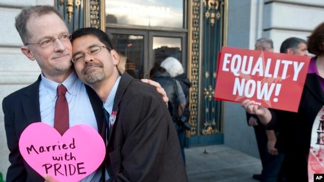 John Lewis, izquierda, abraza a su pareja Stuart Gaffney muy complácidos al enterarse del fallo de la Corte Suprema