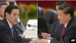 Taiwan President Ma Ying-jeou, left, and Chinese President Xi Jinping hold historic face-to-face talks in Singapore, Nov. 7, 2015. It is the first such meeting between leaders of the two countries in more than 60 years.