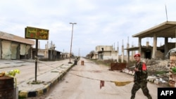 "Tentara Suriah berpatroli di kota Tall Sultan, dekat papan bertuliskan ""Saraqeb"", barat laut provinsi Idlib, Suriah, 5 februari 2020. (Foto: dok)."