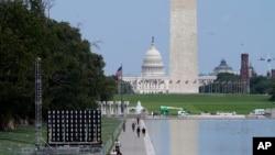 Monumenti Uashingtonit dhe Kapitoli në sfond.
