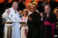 2015年9月26日教宗方济各在费城的世界家庭大会上招手致意
