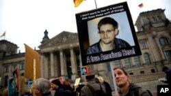 Muchas organizaciones civiles en europa y dentro de EE.UU. consideran a Snowden un héroe por liberar la información secreta de la NSA.
