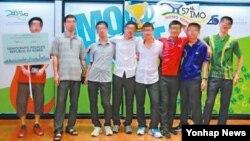 홍콩에서 열린 제57회 국제수학올림피아드에 참가했던 북한 남학생이 지난 16일 홍콩주재 한국총영사관에 진입해 정치적 망명을 요청했다고 현지 언론이 소식통을 인용해 29일 보도했다. 사진은 국제수학올림피아드에 참가한 북한 대표팀. 홍콩 '빈과일보' 캡처.