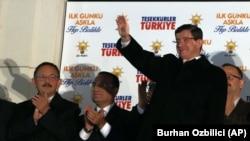 Firayim Ministan Turkiya Davutoglu yana gaida magoya baya