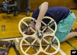 Caltech mexaniki mühəndislik tələbəsi Joseph Greef 29-cu illik Mühəndislik Dizaynı müsabiqəsində hava robotunu nümayiş etdirir.