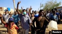 Waandamanaji wakitoa matamko ya kupinga serikali mjini Khartoum, Sudan, Jan. 24, 2019.
