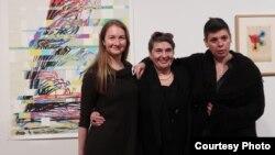 Юлия Туловская, Иннеса Левкова-Ламм и Ольга Ламм на вернисаже. Photo: Oleg Sulkin