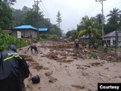Sisa material yang terbawa saat banjir di Kabupaten Kepulauan Yapen, Papua, Selasa (14/9). (Courtesy: BPBD Kab Kepulauan Yapen)