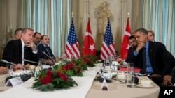 Los presidentes Barack Obama y Recep Tayyip Erdogan, de Turquía, se reunieron en Paris este martes para discutir la lucha contra ISIS y las tensiones con Rusia.
