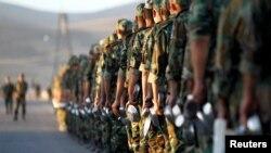 Şam'da bir eğitim kampında iftar yemeğine götürülen askerler