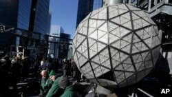Những người thợ lắp ráp quả cầu pha lê đón năm mới ở Quảng trường Thời đại, New York, 30/12/2018