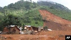 Bangunan yang hancur akibat tanah longsor yang melanda desa La Pintada, Meksiko (19/9).