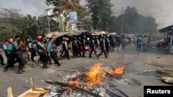 Polisi mengamankan lokasi di Dhaka pasca bentrokan dengan anggota partai Jamaat-e-Islami (13/12). Sedikitnya empat orang dilaporkan tewas dalam aksi protes menentang eksekusi tokoh oposisi Abdul Quader Mollah di Bangladesh.
