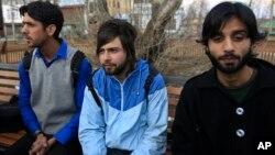 6일 인도 카슈미르에서 폭동에 관여한 이유로 퇴학이 결정된 학생 중 일부가 언론과 인터뷰하고 있다.