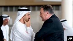 Državni sekretar SAD, Mike Pompeo, i ministar spoljnoh poslova Ujedinjenih Arapskih Emirata, šeik Abdulah bin Zajed al Nahjan, razgovraju u al Šati palati u Abu Dabiju, Ujedinjeni Arapski Emirati, 10. juli 2018.