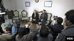 Sakineh Mohammadi Ashtiani (duduk di sebelah kiri) menghadiri pertemuan dengan media bersama anaknya, Sajjad (kanan), di kota Tabriz, Iran.