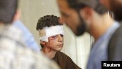 Halabda havo hujumida yaralangan bola. 23-sentabr, 2012-yil.