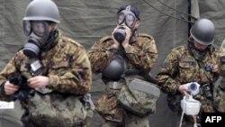 Lực lượng phòng vệ Nhật Bản chuẩn bị dọn dẹp khu vực bị ảnh hưởng bức xạ ở Nihonmatsu, ngày 15/3/2011