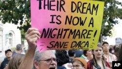 Para demonstran mengecam dihentikannya program DACA dalam aksi protes di San Francisco, California hari Selasa (5/9).
