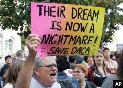 불법체류 청소년 추방유예 (DACA) 프로그램 지지자가 5일 캘리포니아주 샌프란시스코 연방 청사 앞에서 시위하고 있다.