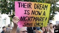 Bà Judy Weatherly, một người ủng hộ DACA, giơ cao biểu ngữ 'ước mơ giờ thành ác mộng' trong cuộc biểu tình trước công ốc liên bang ở San Francisco (ảnh tư liệu ngày 5/9/2017)