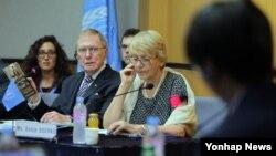 지난 2013년 8월 유엔 북한인권 조사위원회(COI) 마이클 커비 위원장이 서울에서 열린 북한 인권 공청회에서 정치범수용소 출신인 탈북자 신동혁 씨에게 질문하고 있다. (자료사진)