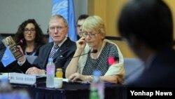 유엔 북한인권 조사위원회(COI) 마이클 커비 위원장이 20일 서울에서 열린 북한 인권 공청회에서 정치범수용소 출신인 탈북자 신동혁 씨에게 질문하고 있다.