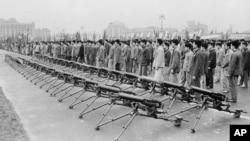 历史照片:上海人民广场摆放的轻机枪。(1963年5月9日)