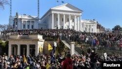 رچمنڈ ورجینیا کے کیپٹل اسکوائر میں ہزاروں افراد ہتھیار رکھنے کے حق میں مظاہرہ کر رہے ہیں۔ 20 جنوری 2020