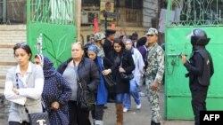Cử tri Ai Cập xếp hàng chờ bỏ phiếu tại một địa điểm bầu cử ở Cairo, ngày 29/11/2011