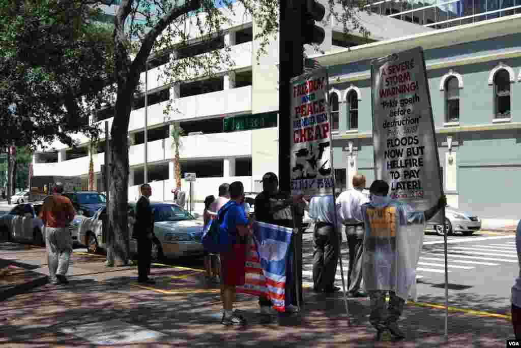 معترضان در خارج از محل برگزاری مجمع ملی حزب جمهوری خواه - تمپا - 27 اوت 2012