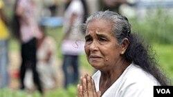 Seorang warga Sri Lanka yang selamat dari tsunami 2004 berdoa di dekat kuburan sanak-keluarganya (foto: dok).
