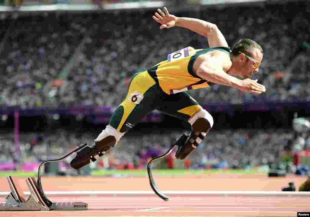 Oscar Pistorius, de Sudáfrica arranca en los 400 metros.