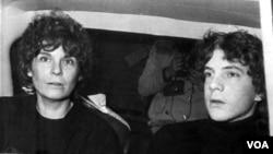 La actriz Gail Harris y su hijo John Paul Getty, recién liberado, declaran en la policía de Roma el 15 de diciembre de 1973.