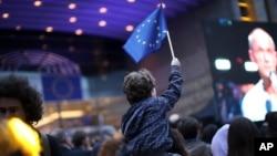 ကေလးငယ္ တဦး EU အလံကို ေဝွ႔ယမ္းေနစဥ္ (ေမ၊ ၂၆၊ ၂၀၁၉)